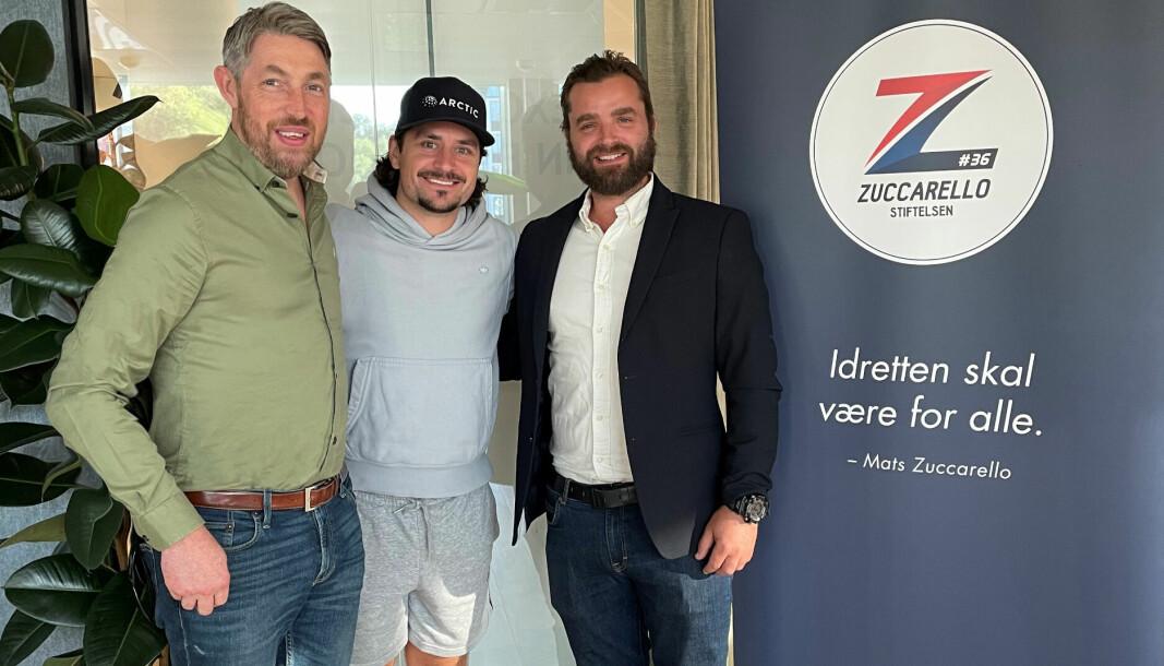 NHL-stjernen Mats Zuccarello (midten) er glad for at Christer Mykkestue (t.v.) og Lars Erik Hesbråten i KIL IL Ishockey innleder samarbeid med Zuccarellostiftelsen.