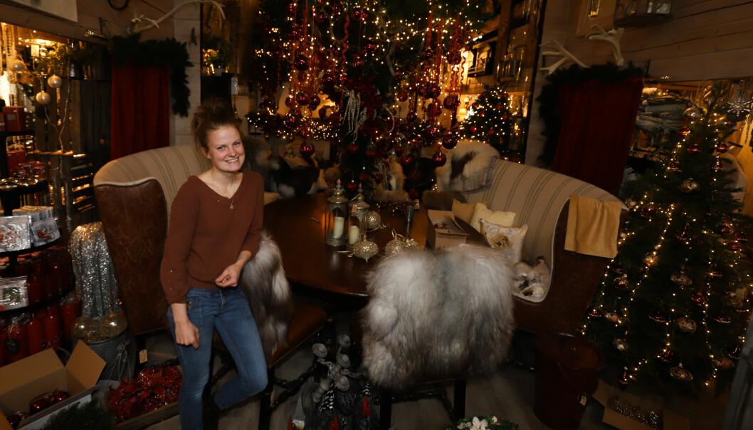 Ida Helene Brøderud Selliseth er i full gang med å forberede åpningen av Julehuset på Snoka. Lørdag åpnes dørene.