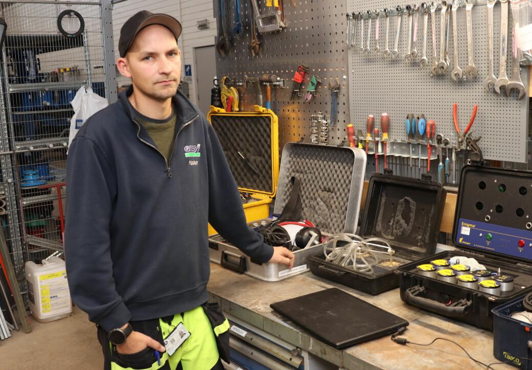 Haakon Halvorsrud med noen av verktøyene som brukes i jakten på det forsvunne vannet: PC, ulike typer mikrofoner og geofon.