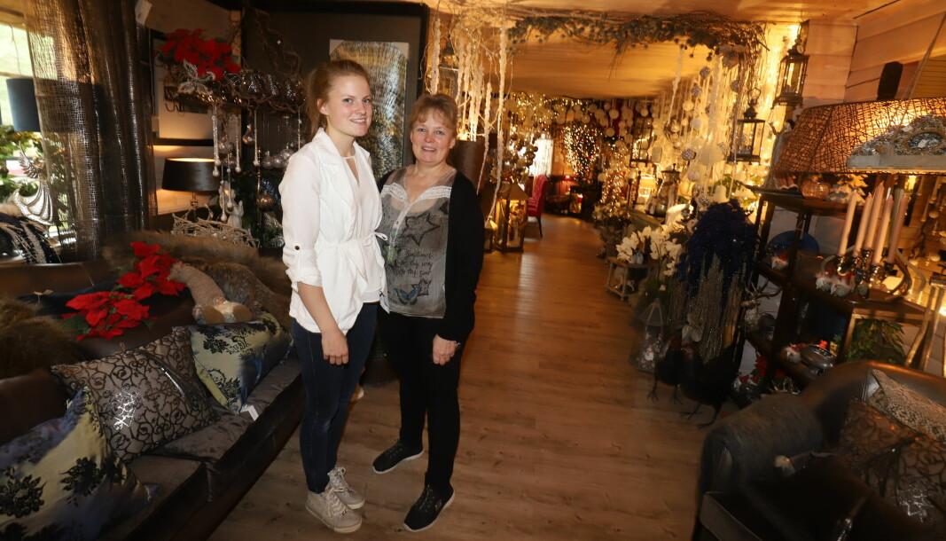 Ida Helene Brøderud Selliseth og Mona-Lisa Brøderud Øiseth var glad for at det strømmet på med folk når de lørdag åpnet julehuset.