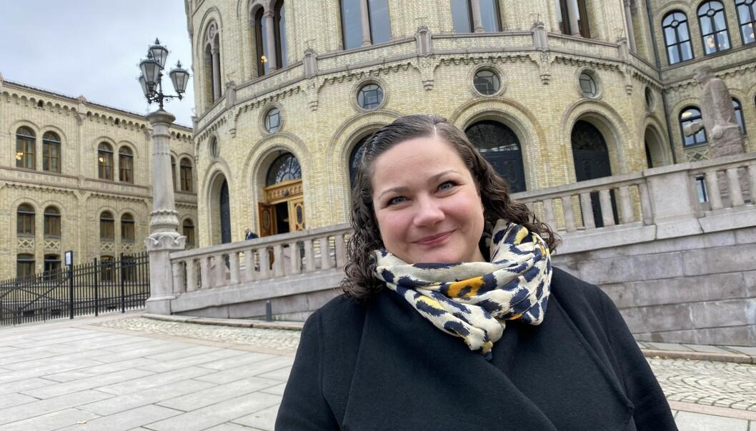 Margrethe Haarr foran sin nye arbeidsplass - Stortinget.