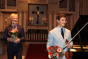 Spilte til stående applaus – og se hva Charlie fikk i gave etter konserten